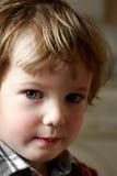 Miradas fijas del niño de cerca imagen de archivo libre de regalías