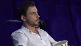 Miradas lindas de un individuo de cerca en la película en el cine y las demostraciones una muestra del silencio almacen de video