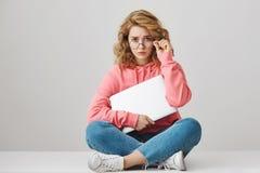 Miradas ofendidas de la muchacha trastornadas Mujer europea atractiva triste melancólica con el pelo rubio rizado en el equipo de Fotos de archivo libres de regalías