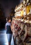 Miradas turísticas en la fila de las estatuas de oro Wat Pho Palace Thailand Bangkok de Buda imágenes de archivo libres de regalías