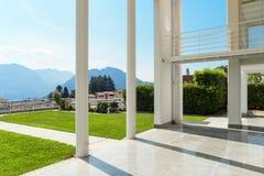 Mirador ancho de una casa moderna Fotos de archivo