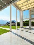 Mirador ancho de una casa moderna Fotografía de archivo libre de regalías