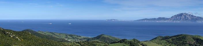 Mirador del naturliga Estrecho parkerar i Tarifa med sikter av monteringen Musa på kusten av Afrika Royaltyfri Fotografi