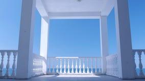 Miradouro branco na margem com a cerca decorativa concreta e opinião de surpresa do mar filme