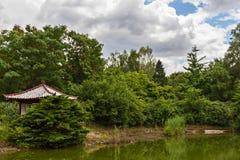 Miradouro de madeira japonês em um parque imagem de stock royalty free