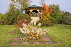 Miradouro de madeira no jardim ajardinado no outono Imagem de Stock Royalty Free