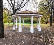 Miradouro de madeira no parque imagem de stock