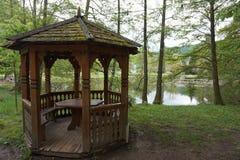 Miradouro de madeira perto da lagoa ou do lago fotografia de stock