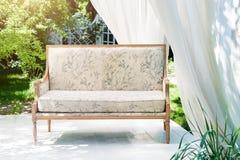 Miradouro moderno luxuoso com mobília e as cortinas macias dentro do jardim Pavilhão da cerimônia de casamento do verão Fotografia de Stock Royalty Free