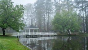 Miradouro na ponte que vai sobre a lagoa fotos de stock