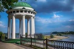 Miradouro na terraplenagem Yaroslavl de Volga Imagens de Stock Royalty Free