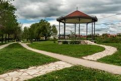 Miradouro ou um pavilhão no fim de um caminho de pedra foto de stock royalty free