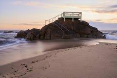 Miradouro sobre as rochas na praia foto de stock royalty free