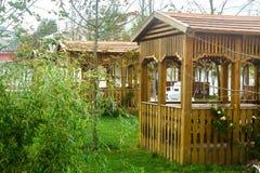 Miradouro vazio de madeira em um jardim Bom lugar para descansar no summe imagens de stock