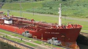 Rotes großes Frachtschiff, das Miraflores-Verschlüsse kommt Lizenzfreie Stockbilder