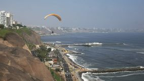 Mirafloreskustlijn en een glijscherm in lima Peru stock video