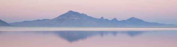 Miragem da neve de Graham Peak Sunset Mountain Range dos planos de sal de Bonneville Imagem de Stock Royalty Free