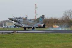 Miragem 2000 de Dassault que aterra durante a bandeira do Frisian Foto de Stock