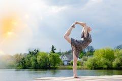 Mirakeldanser: beeld van wonderfully dansend blond meisje in lichte kleding bij watermeer op de zonneschijn blauwe hemel van verl Royalty-vrije Stock Afbeelding