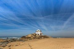 Miramar strand och kapell Senhor da Pedra, Atlantic Ocean, Porto Royaltyfri Fotografi