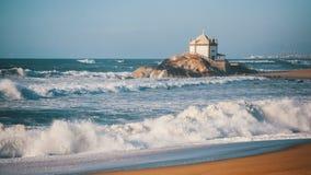 Miramar strand och kapell Senhor da Pedra, nära Porto arkivbild