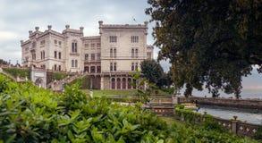 Miramare kasztel przy zmierzchem, Trieste, Włochy - panorama obrazy stock