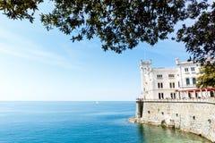 Miramare-Schloss auf dem Golf von Triest, Italien Stockfotos