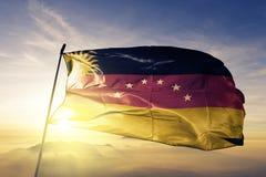 Miranda State des Venezuela-Flaggentextilstoffgewebes, das auf den Spitzensonnenaufgangnebelnebel wellenartig bewegt lizenzfreie stockfotografie