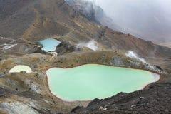 Mirando abajo de la cumbre roja del cráter en la travesía de Tongariro, isla del norte, Nueva Zelanda Fotos de archivo