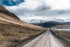 Mirando abajo de un camino de tierra en Alftarfjordur, Islandia del oeste Fotografía de archivo libre de regalías