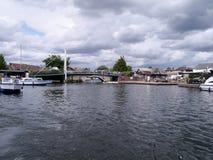 Mirando abajo del agua al puente de Wroxham, Norfolk Broads Fotografía de archivo