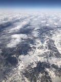 Mirando abajo del cielo, de la tierra cubierta con nieve y del blanco se apilan foto de archivo libre de regalías