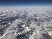 Mirando abajo del cielo, de la tierra cubierta con nieve y del blanco se apilan fotografía de archivo