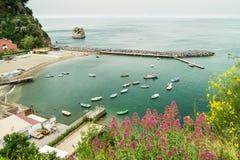 Mirando abajo en un pequeño puerto Vico Equense, Italia Fotografía de archivo