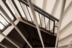 Mirando abajo en una escalera espiral moderna, blanco y negro Foto de archivo