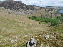 Mirando abajo por las rocas en el valle de Glenridding, distrito del lago Fotos de archivo libres de regalías
