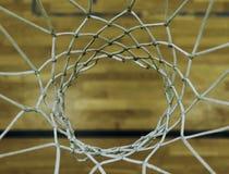 Mirando abajo a través del aro de baloncesto, jugando el fith DOF Aro de baloncesto en el pasillo de deportes Fotos de archivo libres de regalías