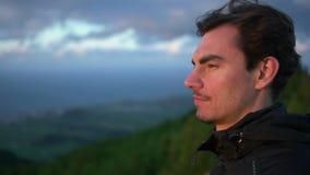 Mirando fijamente en la puesta del sol, mirada delantera metrajes