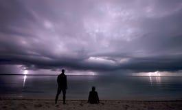 Mirando fijamente la tormenta del relámpago Imágenes de archivo libres de regalías