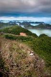 Mirando hacia fuera al mar, isla del Ba del gato, bahía de Halong Fotos de archivo