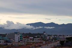 Mirando hacia fuera en Bueng Kan City, Bueng Kan Thailand Un ra de la montaña imagenes de archivo