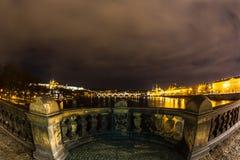 Mirando hacia fuera hacia Charles Bridge - la Praga, CZ Fotos de archivo