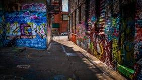 Mirando hacia Howard Street en el callejón de la pintada, Baltimore, M Foto de archivo libre de regalías