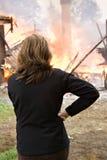 Mirando la casa queme abajo Imagen de archivo