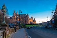 Mirando a lo largo de Argyle Street Glasgow Passed el museo de Kelvingrove fotos de archivo