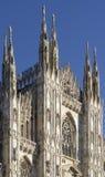 mirando los di Milano del Duomo que significa a Milan Cathedral en Italia, con b Imagen de archivo