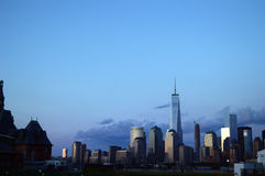 MIRANDO A MANHATTAN. Vista desde el Liberty Park, New Jersey Royalty Free Stock Photo