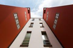 Mirando para arriba en Amberes, Bélgica imagenes de archivo