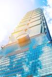 Mirando para arriba la vista de Taipei 101, la señal de Taiwán, refleja luces del cielo azul y del sol Imagen de archivo