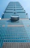 Mirando para arriba la vista de Taipei 101, la señal de Taiwán, refleja luces del cielo azul y del sol Foto de archivo
